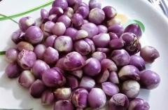 Peeled sambar onion